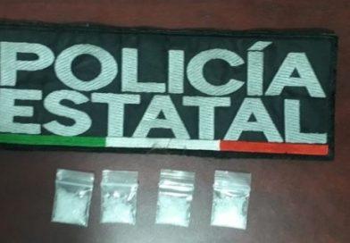 POLICÍA ESTATAL DETIENE A CUATRO PERSONAS CON DROGA, UNA DE ELLAS CON MANDAMIENTO JUDICIAL VIGENTE
